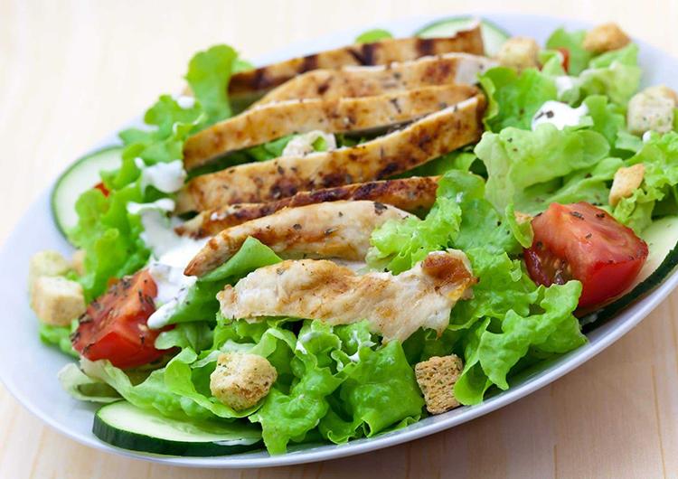 Салат с куриным филе и блинчиками
