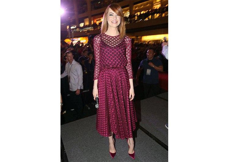На премьере этого же фильма в Сингапуре Стоун появилась в кружевном платье  цвета марсала от Christian Dior. Волосы актриса предпочла оставить прямыми  ... 7f2ec482a3f6c