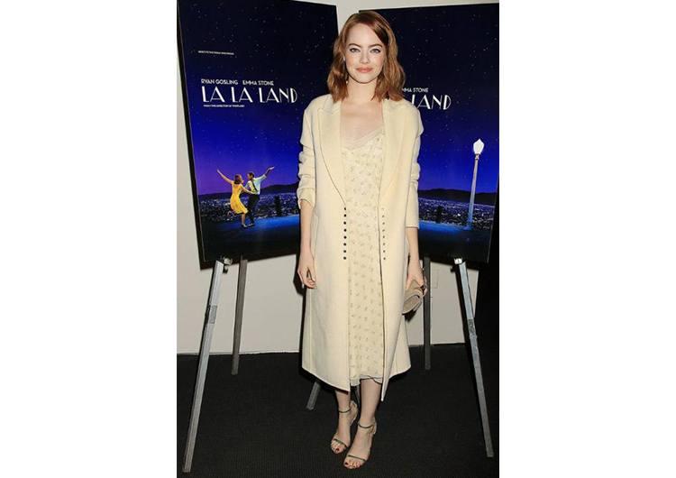 На премьере «Ла-Ла Ленд» в Нью-Йорке Стоун отдала предпочтение пастели.  Платье-комбинация молочного цвета от Ralph Lauren 628d45721f9aa